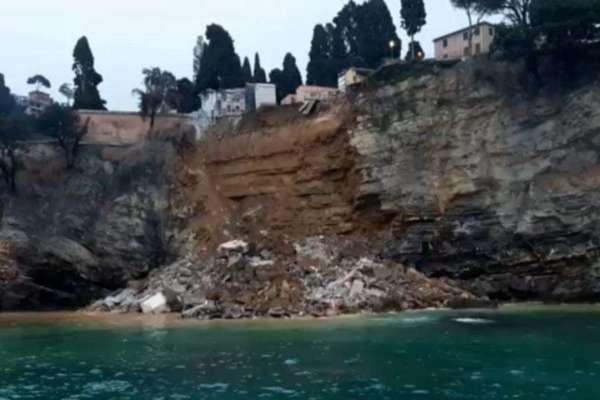 Nghĩa trang ở Italia bị sạt lở, hàng trăm quan tài rơi xuống biển