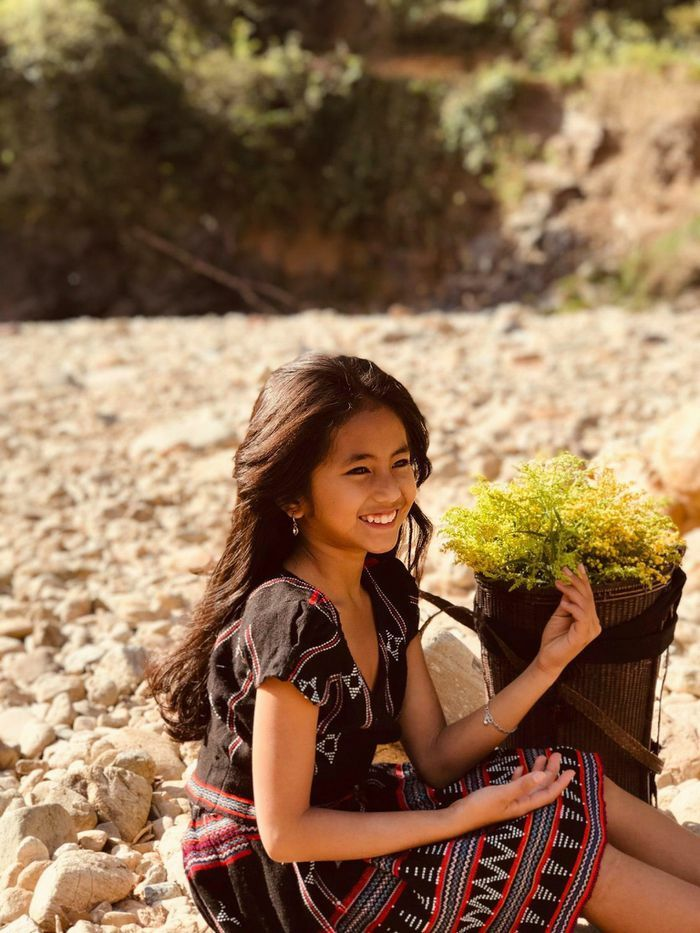 """Bé gái dân tộc Pa Kô gây sốt xứng danh """"bông hoa núi rừng"""""""