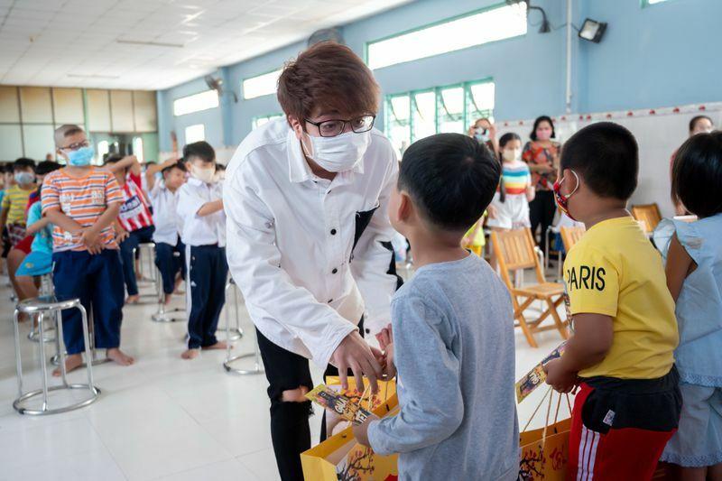 Hồ Ngọc Hà cùng những người bạn trao quà tết cho trẻ mồ côi, cơ nhỡ