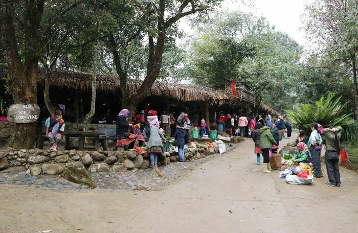Đặc sắc chợ phiên của đồng bào dân tộc Mông nơi biên cương
