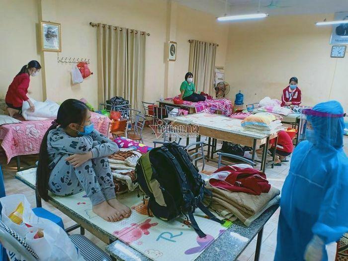 Giao thừa lặng lẽ ở khu cách ly 138 học sinh tiểu học ở Hải Dương