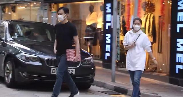 Trương Trí Lâm cùng vợ đi sắm Tết