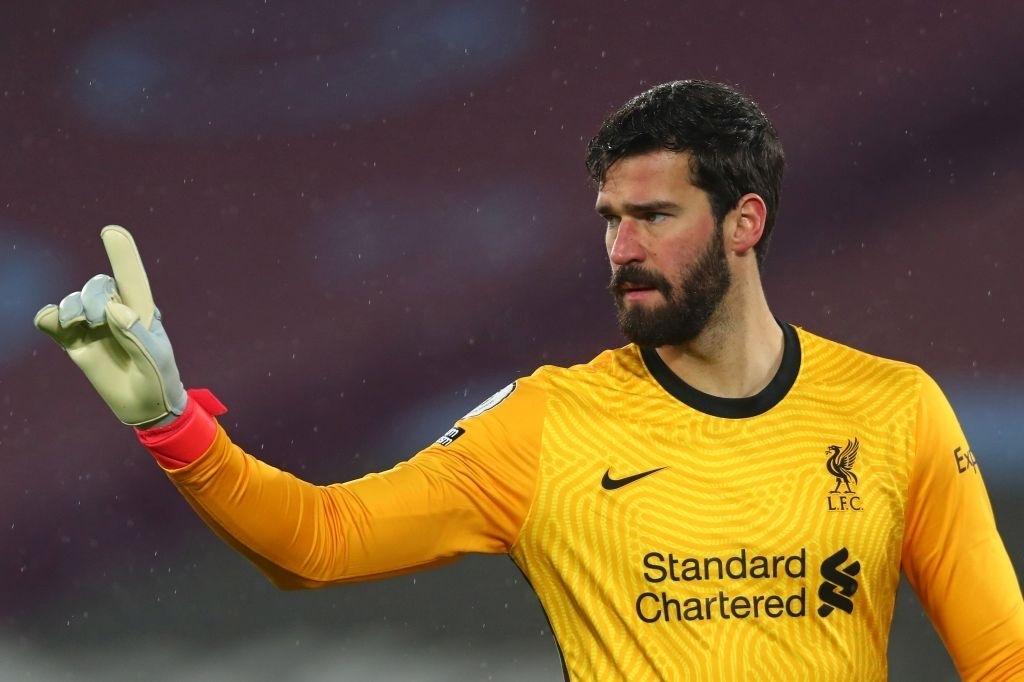 Thủ môn số 1 bất ngờ vắng mặt, fan Liverpool tá hỏa
