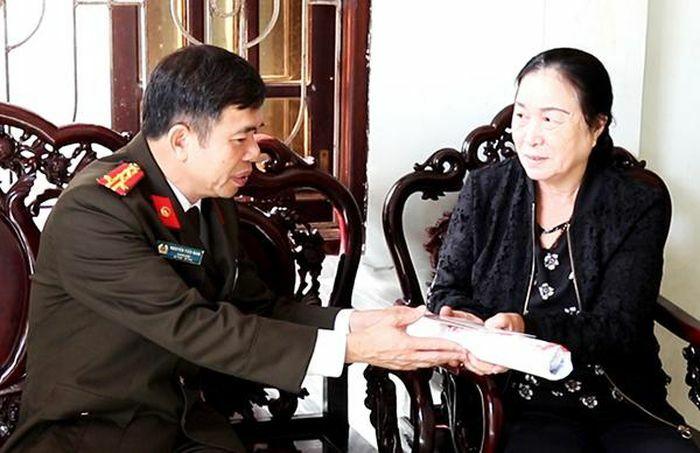 Giám đốc Công an Quảng Bình thăm Bà mẹ Việt Nam anh hùng, thân nhân liệt sỹ CAND