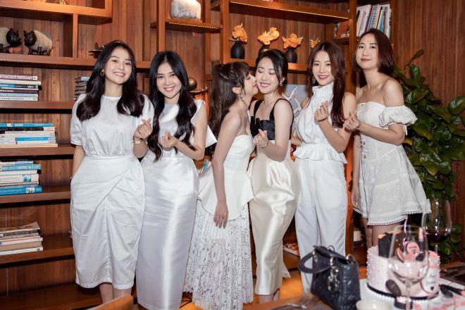 """""""Nữ thư ký tòa án"""" Huỳnh Hồng Loan hiếm hoi khoe vòng 1 lấp ló trong tiệc sinh nhật"""