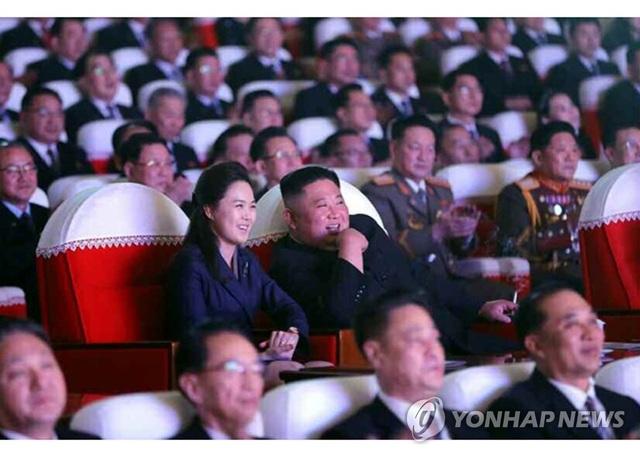 """Phu nhân ông Kim Jong-un """"tái xuất"""" sau 1 năm vắng bóng"""