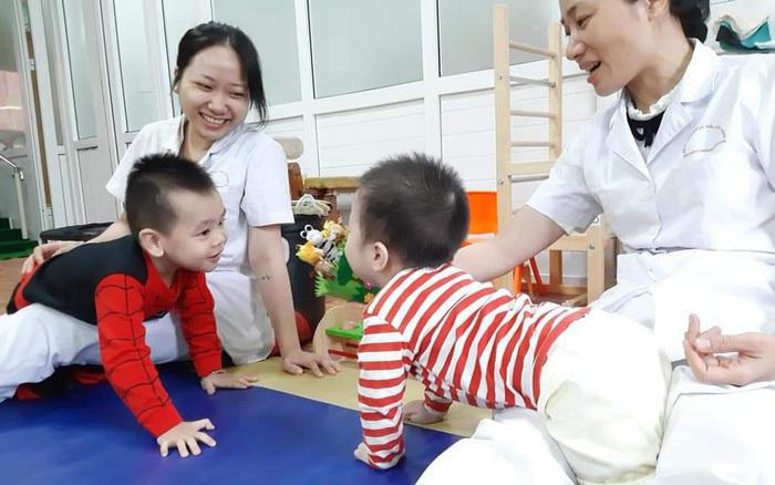 Tết hy vọng với người mẹ 5 năm đưa con đi chữa bệnh bại não