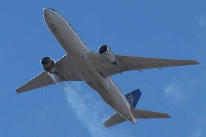 Máy bay khách hạ cánh khẩn cấp ở Mỹ sau khi một động cơ bốc cháy ngùn ngụt