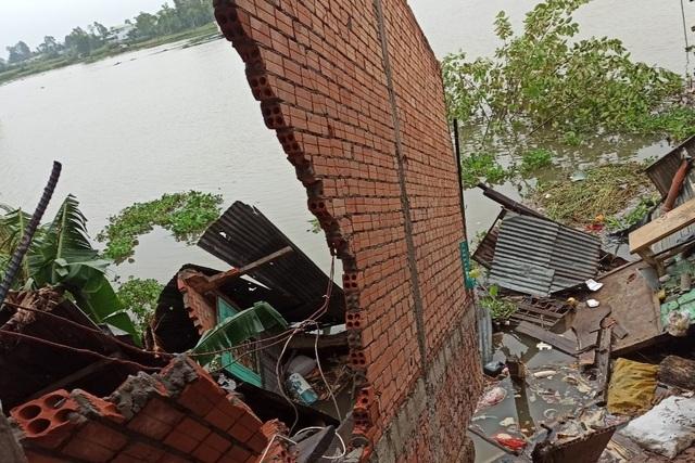 Sạt lở bờ Sông Hậu ngày Tết, di dời khẩn cấp 3 nhà dân
