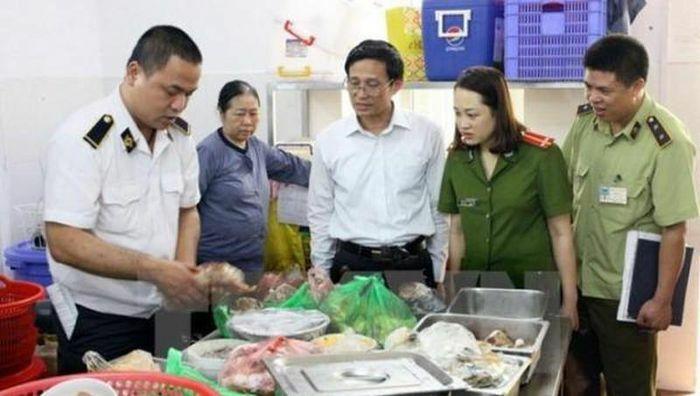 Xử phạt hàng trăm cơ sở sản xuất, kinh doanh thực phẩm dịp Tết