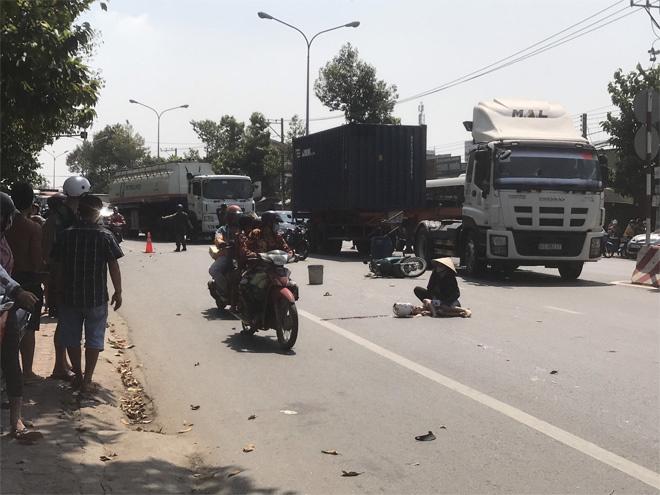 Bình Dương: 2 ông cháu tửvong sau va chạm với xe tải