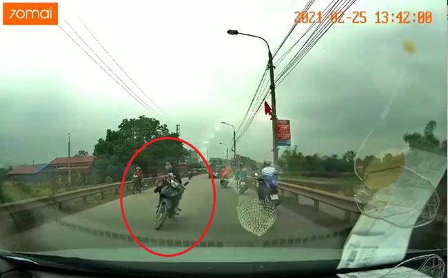 Góc khó hiểu: Cô gái dựng xe ngồi vắt chân giữa chặn giữa đường, khi được nhắc nhở còn có đáp trả gây ức chế hơn nữa