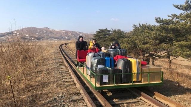 """Nhà ngoại giao Nga ở Triều Tiên hồi hương bằng chiếc xe """"có một không hai"""""""