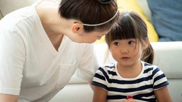 Con gái 6 tuổi nhất quyết khóa trái cửa khi thay quần áo, phát hiện nguyên nhân khiến bà mẹ không khỏi sợ hãi