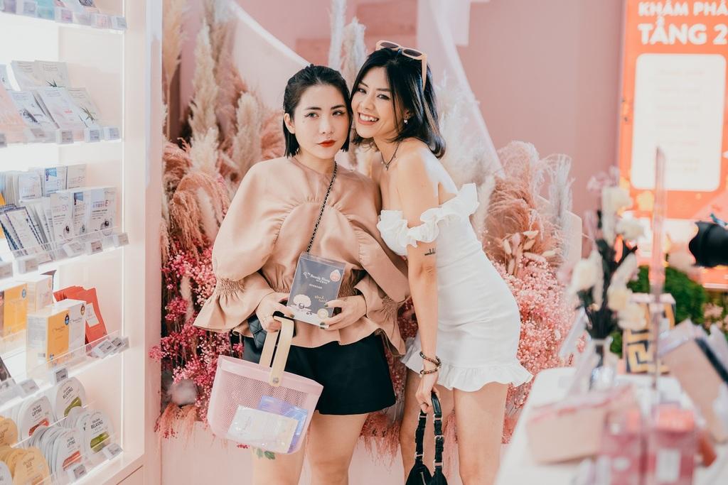 Giới trẻ yêu thích cửa hàng màu hồng trên phố đi bộ