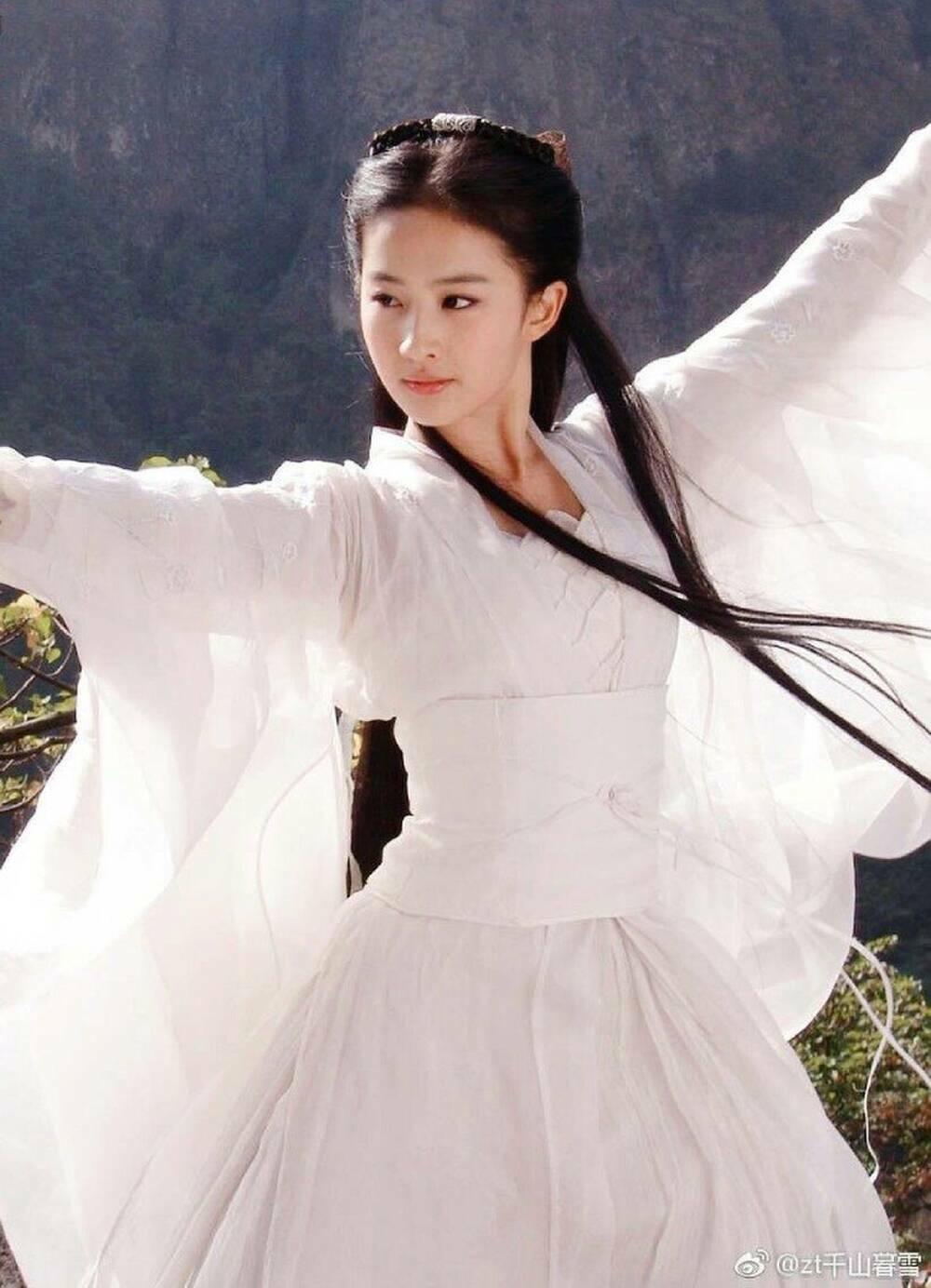 Địch Lệ Nhiệt Ba bị thương hiệu thời trang ghẻ lạnh vì sự xuất hiện của Lưu Diệc Phi?