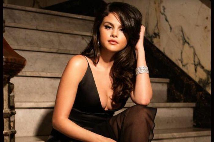 """Chăm diện váy áo xẻ ngực sâu, Selena Gomez nhiều lần """"đốt mắt"""" fan"""