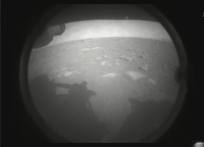 """Hình ảnh đầu tiên, hiếm có từ cỗ máy tỷ đô của NASA vừa đặt chân lên sao Hỏa: """"Vượt cạn"""" thành công ngoài sức tưởng tượng"""