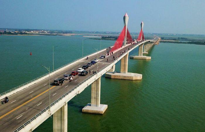 Dừng ôtô giữa cầu 950 tỷ để chụp ảnh
