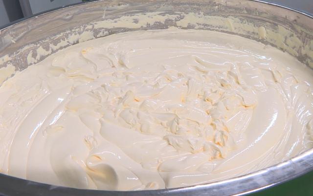 Bắt quả tang điểm sản xuất hàng ngàn hộp kem mỹ phẩm trái phép