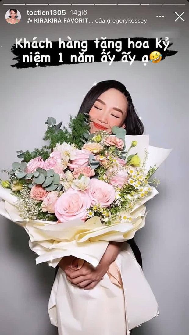 """Hoàng Touliver tặng hoa kỷ niệm 1 năm ngày cưới cho Tóc Tiên, ai ngờ bị vợ đáp lại bằng cách gọi """"là lạ"""""""