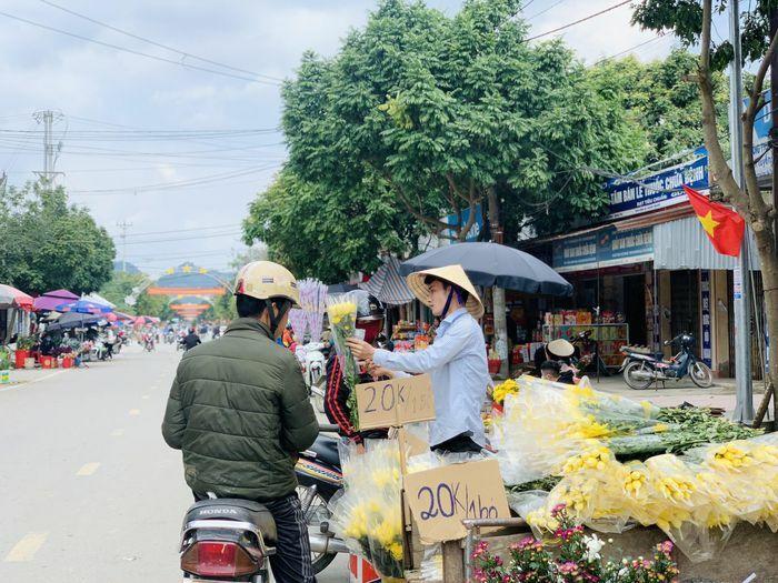 """Chợ quê chiều cuối năm vẫn tấp nập, cây cảnh và hoa lại """"ế ẩm"""""""