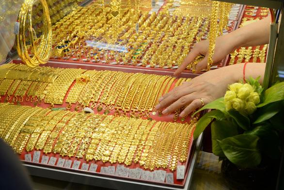 """""""Sóng thần"""" quét qua thị trường vàng"""