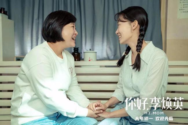Phim hot nhất Trung Quốc hiện nay lập kỷ lục doanh thu phòng vé 4.700 tỷ: Con gái ủng hộ mẹ cưới người yêu mình, làm Weibo dậy sóng vì trend khoe ảnh mẹ lúc trẻ