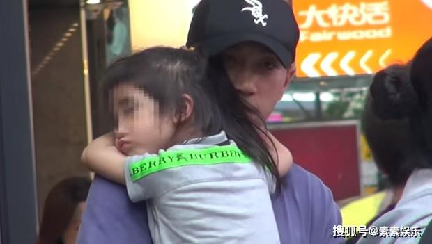 Xót xa hình ảnh cô con gái 5 tuổi ôm chặt Lưu Khải Uy không rời, Dương Mịch lại bị réo tên vì vô trách nhiệm