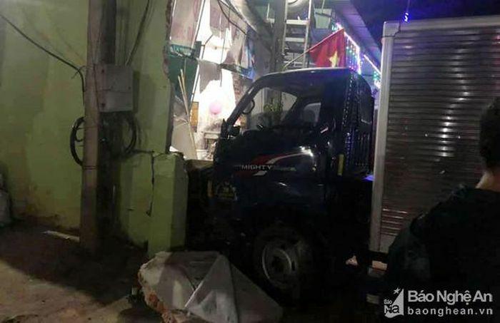 Ô tô đâm sập nhà dân đêm mùng 1 Tết, 4 người bị thương