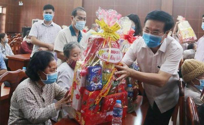 Trưởng ban Tuyên giáo Trung ương trao quà Tết tặng gia đình chính sách