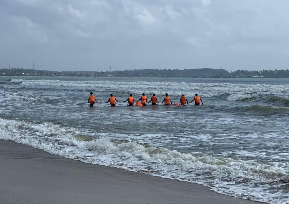 Vụ bảo vệ lao ra biển cứu học sinh bị đuối nước rồi mất tích: Đã tìm thấy 2 thi thể