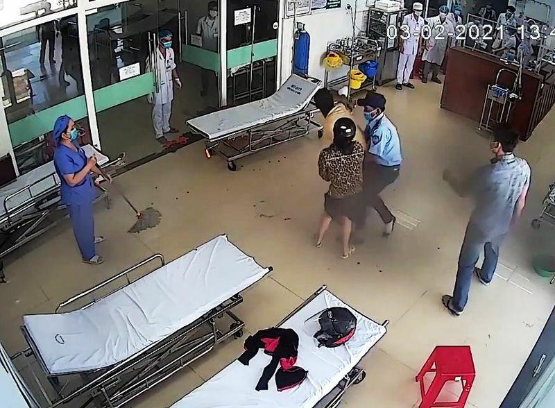 Bệnh nhân đấm vào mặt bác sĩ khi được nhắc đeo khẩu trang phòng dịch Covid-19