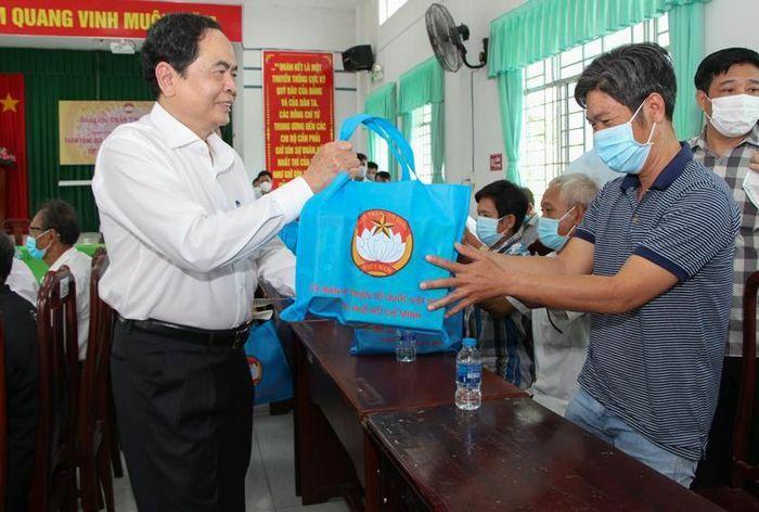 Đồng chí Trần Thanh Mẫn tặng quà Tết gia đình chính sách, hộ nghèo tại tỉnh Hậu Giang