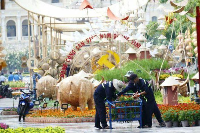 Người dân phải đeo khẩu trang khi tham quan đường hoa Nguyễn Huệ