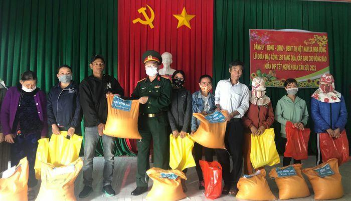 Lữ đoàn Đặc công 198 tặng gạo Tết cho hộ nghèo và gia đình chính sách