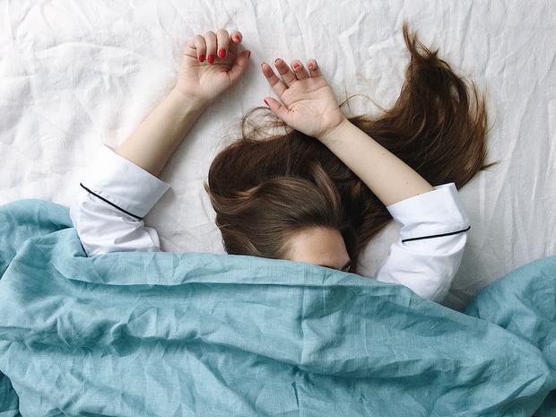 Không phân biệt nam nữ, sáng thức dậy mà gặp phải 4 dấu hiệu bất thường thì cần đi khám gan ngay