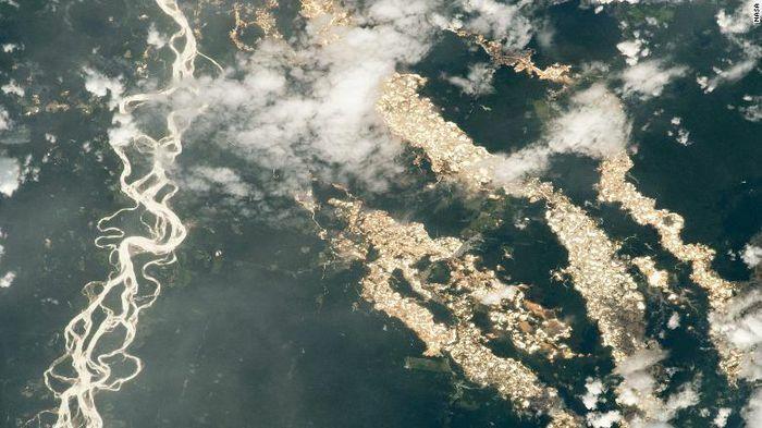 """Ảnh chụp từ ISS hé lộ """"dòng sông vàng"""" Amazon"""