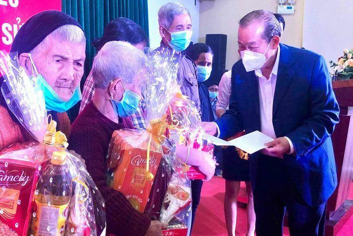 Phó Thủ tướng thường trực Trương Hòa Bình thăm và tặng quà tết tại Quảng Ngãi
