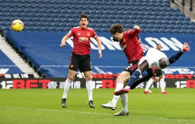 Siêu Fernandes giúp Man Utd may mắn thoát thua trước West Brom
