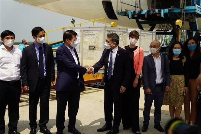 """Hình ảnh lô vaccine phòng Covid-19 đầu tiên """"hạ cánh"""" xuống sân bay Tân Sơn Nhất"""