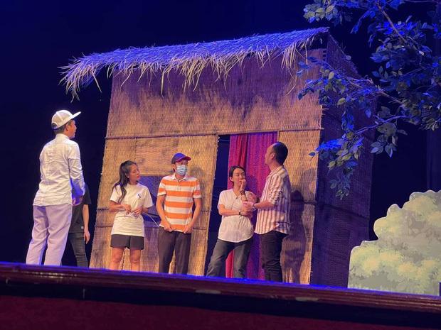 Xót xa hình ảnh Hoài Linh nằm ngủ ngay trên sân khấu, cùng dàn sao Vbiz tất bật tập kịch cho dịp Xuân 2021