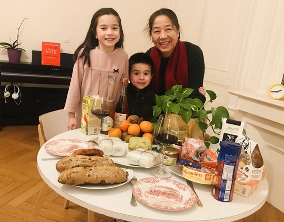 Mâm tết Việt ở Pháp nào thiếu thịt ngâm, nem chua, nem rán