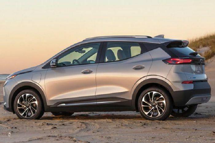 Chevrolet Bolt 2022 từ 31.995 USD, Tesla Model dè chừng