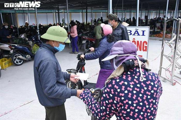 Người dân tâm dịch Chí Linh mang tem phiếu đi chợ theo ngày chẵn – lẻ