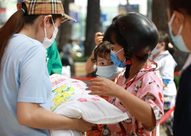 Hoa hậu Phương Lê, Lê Âu Ngân Anh phát 10 tấn gạo cho bà con nghèo