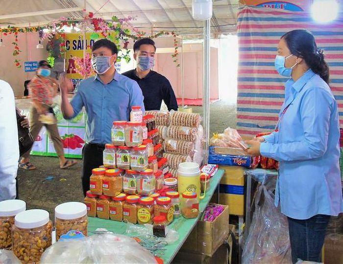 Nhiều thực phẩm, bánh kẹo phục mua sắm tết tại hội chợ