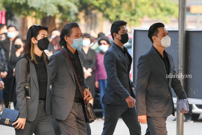 Tang lễ NSND Hoàng Dũng: Các nghệ sĩ Việt có mặt từ sớm để tiễn đưa cố nghệ sĩ lần cuối