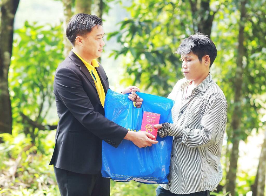 Nam A Bank mang Tết ấm đến với bà con vùng lũ tại Trà Leng và Rào Trăng