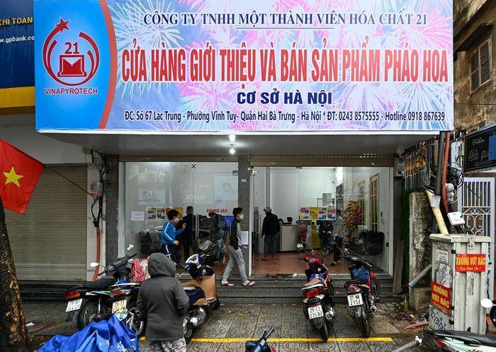 Đội mưa chờ mua pháo hoa ở trung tâm Hà Nội